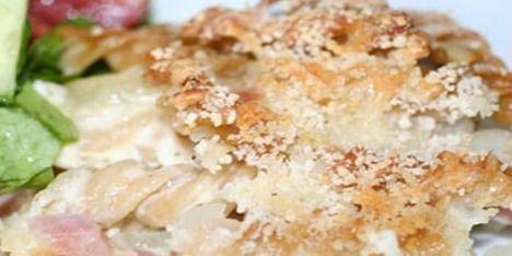 Dejlig pastagratin med skinke, smeltet ost og en sprød skorpe med rasp, der passer perfekt til den ellers cremede pastaret.