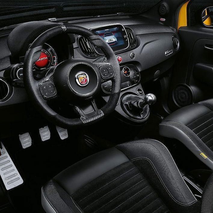 Fiat 595 Abarth 2017  Essa é a versão ainda mais apimentada do subcompacto na Europa. O esportivo é disponível nas carrocerias hatch ou conversível nas versões (595 595 Turismo and 595 Competizione). Em todos os casos é equipado com motor 1.4 T-Jet calibrado para render 145 165 ou 180 cv. Os freios são Brembo e na versão mais potente faz de 0 a 100 km/h em 67s. O câmbio pode ser manual de cinco marchas ou automático sequencial com shift paddles.  CarroEsporteClube #fiatfans #2017 #auto…