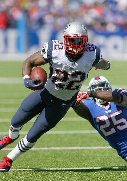 ORCHARD PARK, NY - SEPTEMBER 08: Stevan Ridley #22 of the New England Patriots avoids a tackle by Da'Norris Searcy #25 of the Buffalo Bills at Ralph Wilson Stadium on September 8, 2013 in Orchard Park, New York.New England won 23-21. (Photo by Rick Stewart/Getty Images)