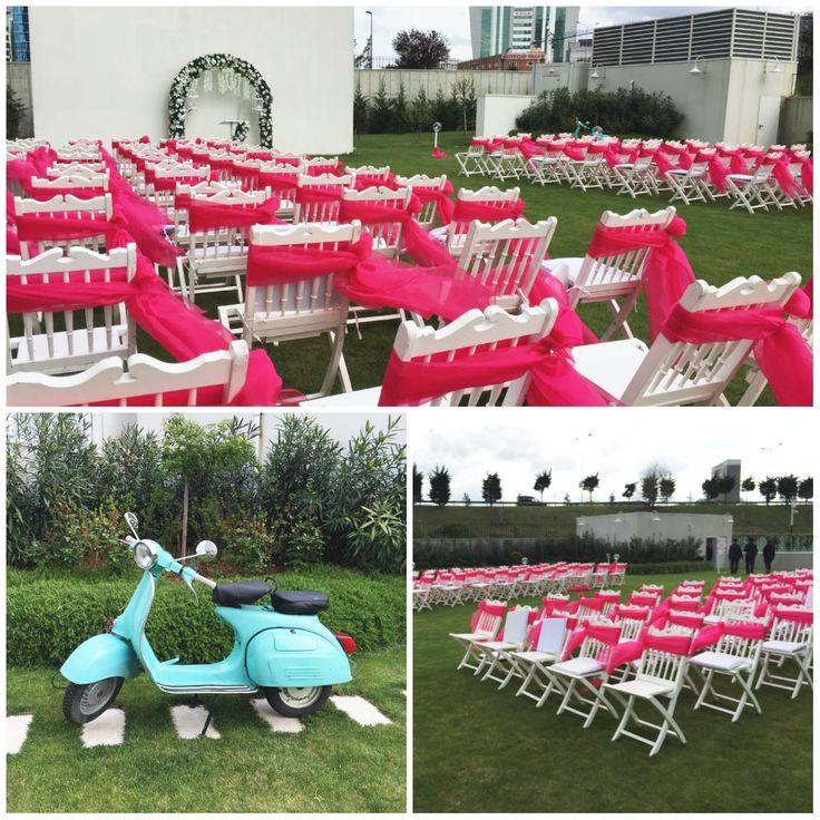 Kır düğünlerine gelinin Vespa'yla katılması yeni trend! Mutlu Düğünler Atölyesi'nde, kır bahçemizi bu trende uygun hazırladık. #mutludüğünleratölyesi #crowneplazaoryapark #cporyapark #düğün #etkinlik #kına #nişan #gelin #damat #düğünhazırlıkları #düğünorganizasyon #kırdüğünü #düğünmekanı #dans #nikah #dekorasyon #düğündekorları #vespa #sandalyesüsleme #kırbahçesi