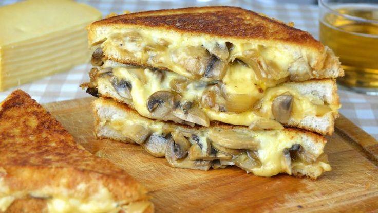 Deze combinatie als tosti is geweldig! Wie houdt er niet van een overheerlijke tosti? Vaak blijven we alleen hangen bij de simpele ham-kaasvariant en dat is zo zonde. Er zijn zoveel variaties die je gewoon geprobeerd moet hebben! Deze variant is ook zo'n pareltje. Wij hebben 'm geprobeerd en zijn o