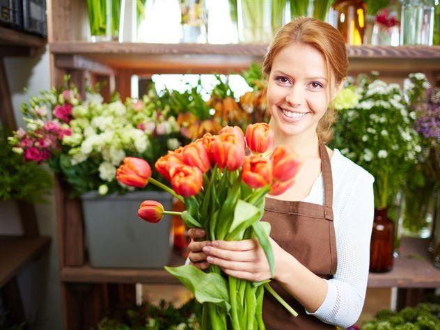 (SWEDISH Gör din egen näring till snittblommor - 3 ing.)  Ibland, men inte alltid, får man med sig en liten påse med blomsternäring när man köper snittblommor. Skulle du inte få med en sådan, tappa bort den eller vilja ha mer, kan du enkelt göra det själv.