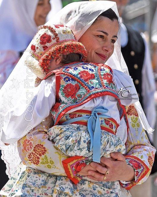 @francesco_cosa_photo ci mostra madre e figlia che indossano l'abito di Busachi (OR)