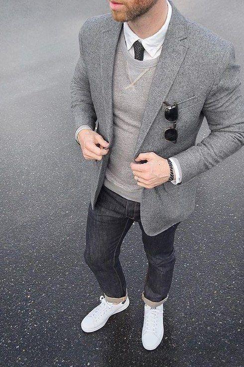 Acheter la tenue sur Lookastic: https://lookastic.fr/mode-homme/tenues/blazer-pull-a-col-rond-chemise-de-ville/21040   — Chemise de ville blanche  — Cravate gris foncé  — Pull à col rond gris  — Lunettes de soleil noir  — Blazer en laine gris  — Jean gris foncé  — Baskets basses en cuir blanches