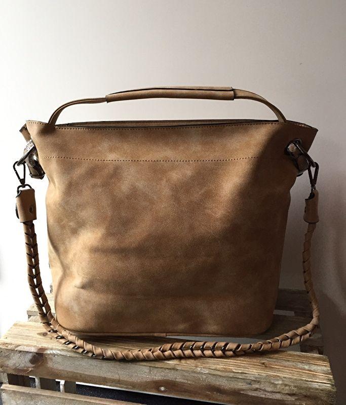 Tas, bag in bag model, met rits   De tas is van het type bag in bag wat wil zeggen dat de grote tas nog een klein tasje binnen in heeft zitten.  Deze is bevestigd dmv 2 drukknopen en kan je leuk combineren met 1 van de 2 hengsels  Het kleine tasje wordt afgesloten dmv een rits.   inclusief twee hengsels Afm 40 x 26