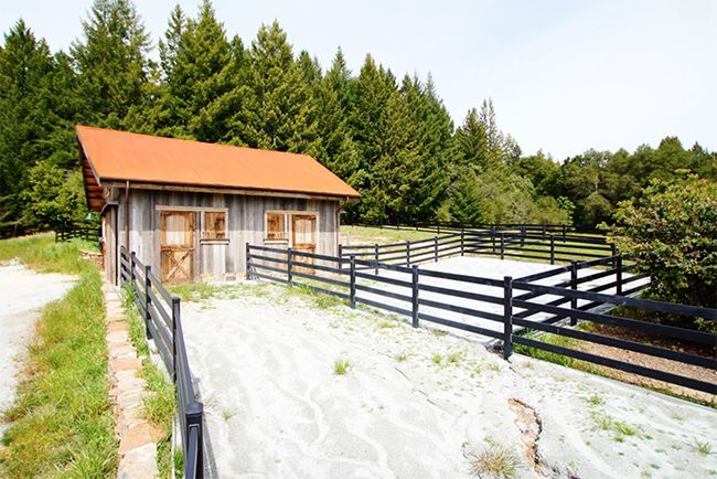 Best 25 small horse barns ideas on pinterest small for Horse barn materials