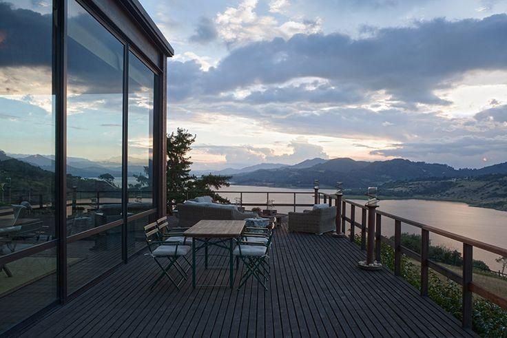 Terrasse avec vue sur un lac
