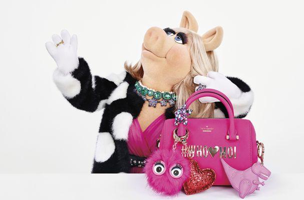 Miss Piggy estrela campanha e coleção Holiday da Kate Spade (Foto: Divulgação)