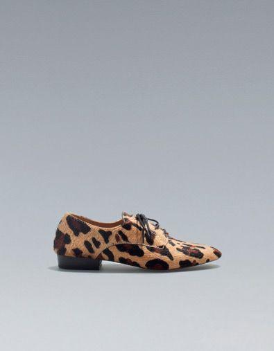 Los zapatos son de la tienda Zara.  Los zapatos cuestan 999,00 pesos y 77.91 dolares