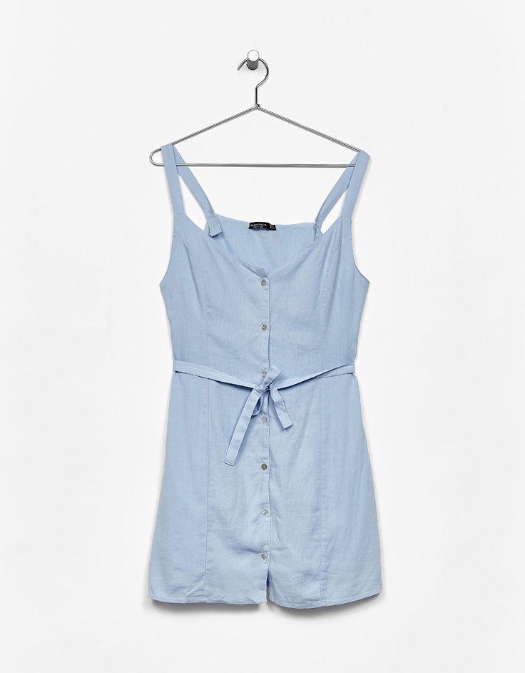 Φόρεμα λινό με τιράντες. Ανακαλύψτε το μαζί με πολλά άλλα ρούχα στο Bershka, με νέες παραλαβές κάθε εβδομάδα.