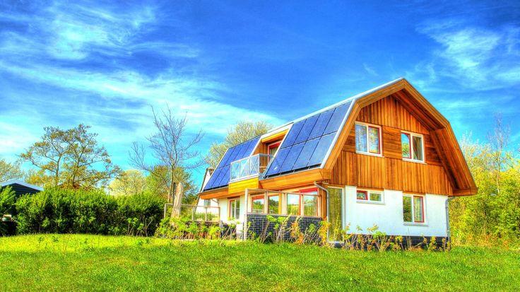 """Grenzend aan het Nationaal Park """"Duinen van Texel"""", heeft Bosrandbungalows Texel twee geheel nieuwe luxe 8-12 persoons bungalows. De bungalows zijn geheel energieneutraal doordat aan de zuidzijde van het dak vrijwel geheel uit zonnepanelen en voor het overige uit zonneboilers bestaan."""