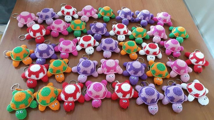 These tiny turtles are great to use up scraps of yarn, and can easily be made as keychains. You will