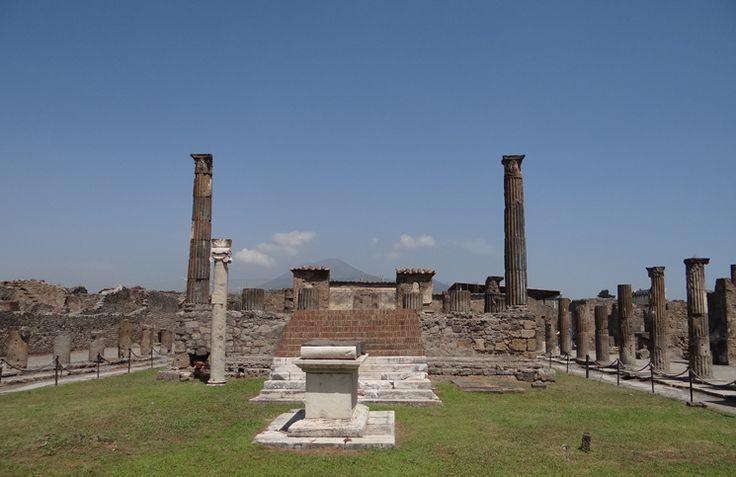 Pompéia, a cidade que foi soterrada no ano 79dC pelas cinzas e debris do Monte Vesúvio. As ruínas podem ser visitadas facilmente a partir de Nápoles ou da Costa Amalfitana.