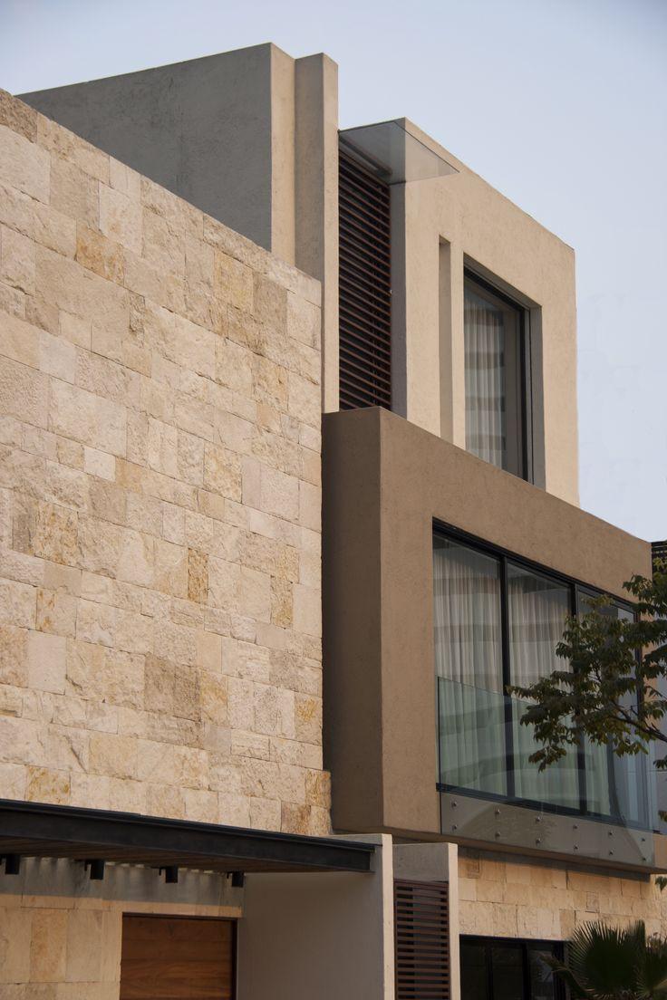 Casa SS. Fachada / Muros de piedra / Canceleria de aluminio negro / Cortinas decorativas / Celosía de madera. Código Z Arquitectos.