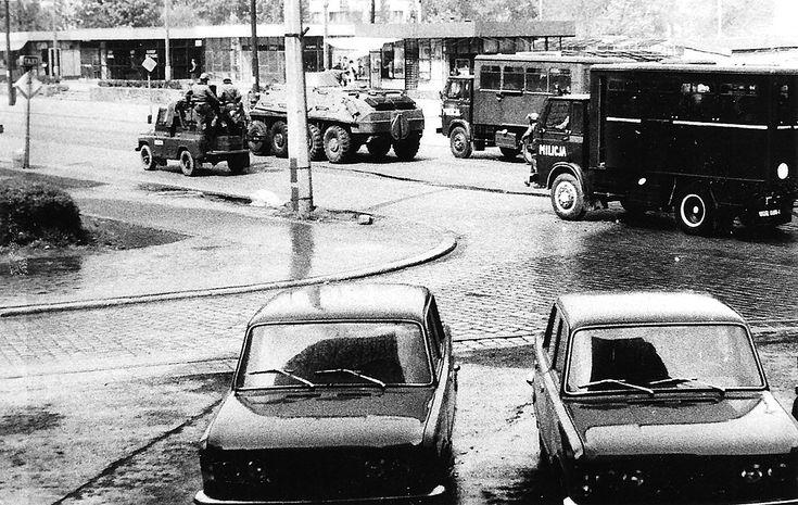 Ulica Szczytnicka po rozpędzeniu manifestacji na pl. Grunwaldzkim. Zdjęcie kolportowane w czasie stanu wojennego wraz z podziemną prasą.31 sierpnia 1982   ...