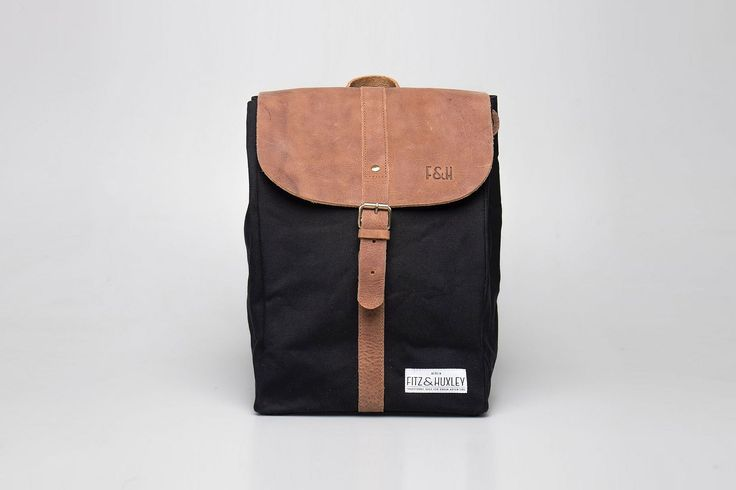 Unisex Tages-Rucksack in minimalistischem Design  Laptop-Fach und zwei geräumige Taschen im Inneren  MATERIAL   gewachster Canvas-Stoff (wasserabweisend, Lotuseffekt)  echtes, leicht geöltes Rindsleder  GRÖSSE   Volumen: 13 Liter  35 cm (H) x 24 cm (B) x 15cm (T)
