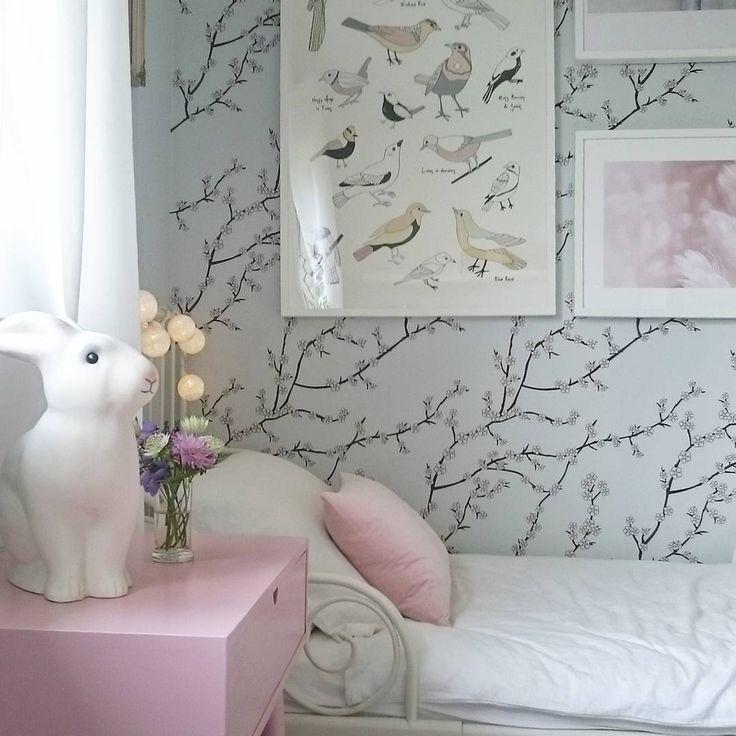Pink bedside table @mag.interior on Instagram #kidsroom#kidsbedroom#girlsroom#barnrumsinspo#barnrum#flickrum#white#vitt#decor#details#decoration#hem#hjem#svenskahem#nordiskahjem#interior#interiör#interiør#whiteinterior#homedecor#homedetails#homestyling#inredning#inredning