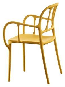 Milà från Magis är en serie som är designad av Jaime Hayón. En stol med armstöd som är tillverkad av polypropylen plast och glasfiber där flera olika färger finns. Sen är det en stol som för tankarna till en klassisk böjträstol. Milà finns även i ett utförande där sitsen och ryggen är klädd. #stolar #karmstolar #restaurangstolar #magisstolar #plaststolar #cafestolar #dialoginterior