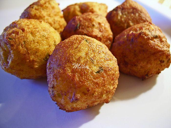Reteta culinara Chiftelute picante de cartofi din categoria Aperitive / Garnituri. Specific Romania. Cum sa faci Chiftelute picante de cartofi