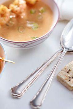 Suppe ist eine klassische Vorspeise. REWE verfeinert den Klassiker mit einem Garnelenspieß und raffinierten asiatischen Gewürzen. Das perfekte Rezept für Gäste!  https://www.rewe.de/rezepte/erdnuss_kokosnusssuppe_mit_fruehlingszwiebeln_und_garnelenspie-/