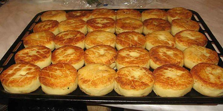 Echipa Bucătarul.tv vă oferă o rețetă super rapidă de chifteluțe de cartofi. Aceste chifteluțe sunt nemaipomenite, foarte gustoase, rumene și moi în interior, ideale pentru o cină în sânul familiei. Chifteluțele de cartofi se prepară foarte simplu și ușor, sunt consistente, le puteți servi cu sos de ciuperci, smântână sau o salată proaspătă de legume. …