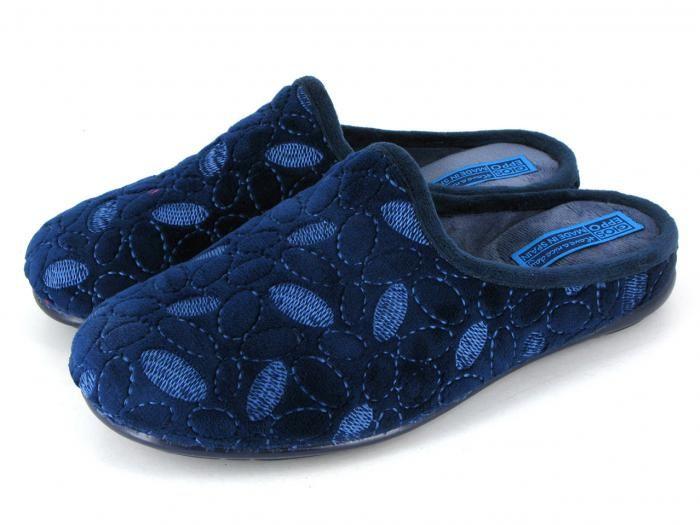 Zapatillas con un sencillo estampado para tus looks básicos de estar por casa.
