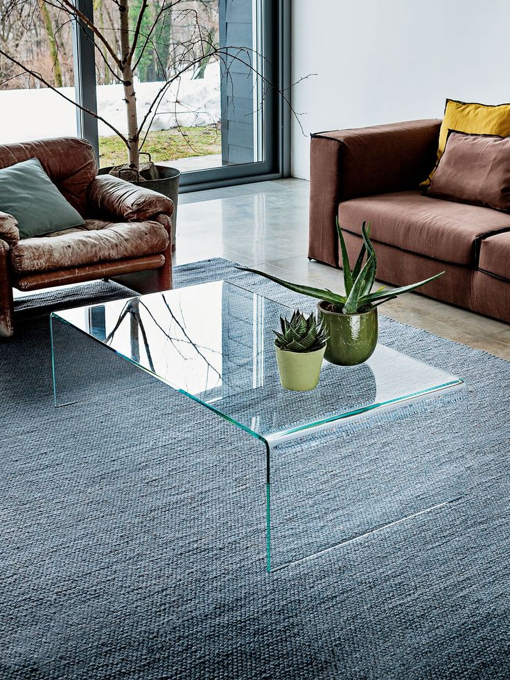 Curved glass coffee table created from a single sheet of glass. Designed by Sovet Italia, this curved glass coffee table is available in a variety of finishes.
