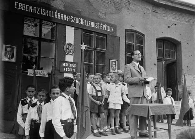 1949. Tanévnyitó a Hermina úti általános iskola udvarán.