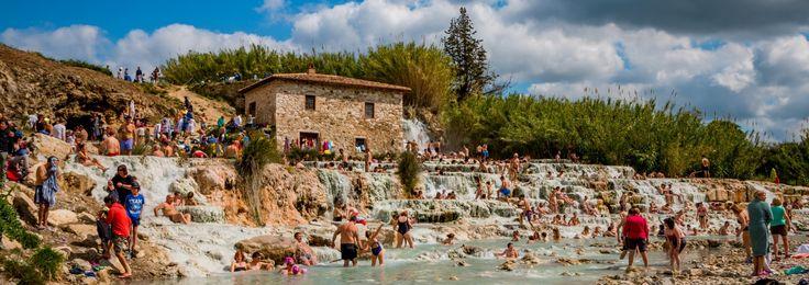 Door de gunstige geologische ligging van Italië zijn er meerdere warmwaterbronnen te vinden in het prachtige binnenland. Dompel jezelf heerlijk onder in deze verwarmde borrelende baden. Wij hebben drie van die gave warmwaterbronnen voor je op een rij gezet. Cascate del Mulino Op het Toscaanse platteland, vlakbij het dorpje Saturnia, vind je de thermale baden …