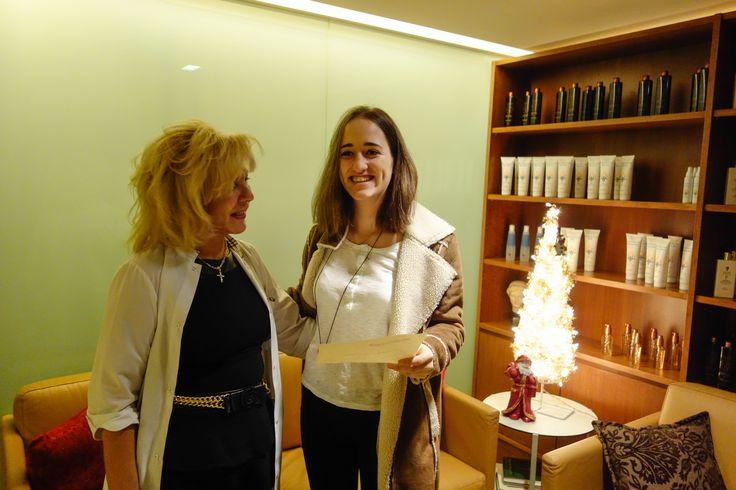 Μία Doukakis στην πρώτη γραμμή...  Η κα. Ένυ Ζαρακοβίτη, φοιτήτρια στο πανεπιστήμιο Brown, ως άλλη Doukakis, δώρισε κάποια από τα μαλλιά της στα άρρωστα παιδιά, άπορων οικογενειών χαρίζοντας πολλά παιδοχαμόγελα.