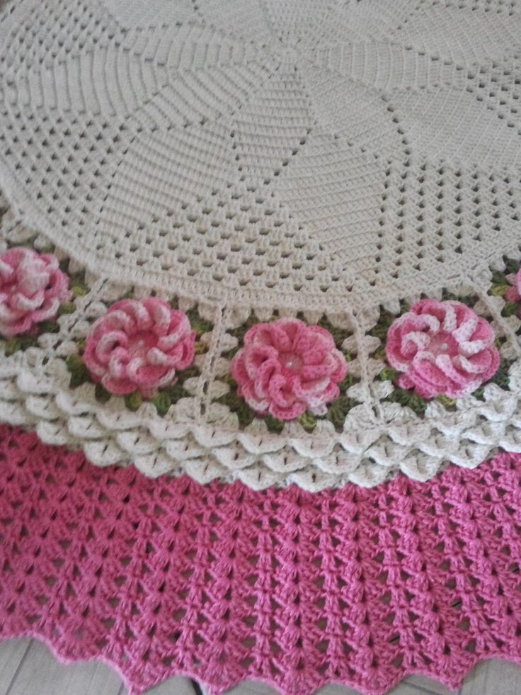 Tapete de sala redondo medindo 1,50cm de diâmetro nas cores cru e rosa e com lindas flores mescladas em rosa.