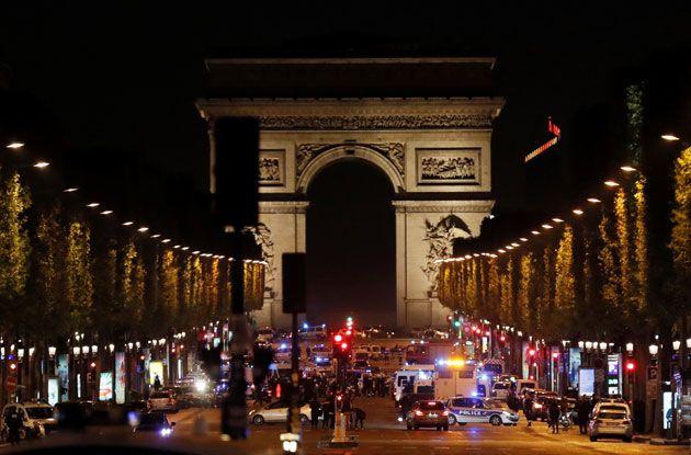 Un agent de police a été tué et un autre blessé dans un échange de coups de feu, jeudi soir sur les Champs Elysées à Paris entre les stations de métro Franklin-Roosevelt et Georges V, peu avant 21 heures. D'après Le Parisien,...