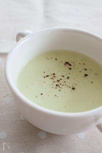 アスパラガスのグリーンが爽やかなスープ。  冷たいスープは暑い日や食欲がないときにおすすめ♪  粗めに挽いた黒こしょうをのせると、アクセントにもなりますよ。