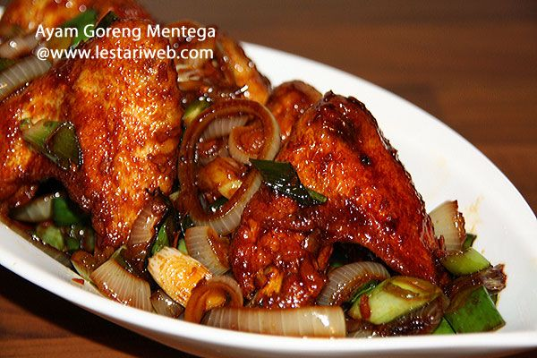 AYAM GORENG MENTEGA oder Gebratene Hühnerflügel mit Butter Sauce ist eine variante von gebratene Hühnchen mit 3 verschieden Saucen : indonesische süße Soja Sauce/Ketjap Manis, salzige Soja Sauce und Worchester Sauce/Austernsauce. Zum guten Schluss gibt noch gepresster Limettensaft für besseren frischen Geschmack. Hmmm..lecker ;-)