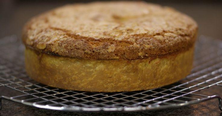 Is dit een taart of is het een cake, dat mag je zelf beslissen. Eén ding staat vast: iedereen kan dit gebak op de tafel zetten en het smaakt voortreffelijk bij een verse kop koffie.extra materiaal:een keukenweegschaaleen grote bakring (hoogte: ong. 8 cm, diameter ong. 24 cm)een bakmatje of een vel bakpapiereen keukenmachine met kloppereen plastic spuitzakeen keukenpenseel