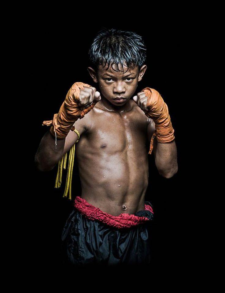 Une superbe série deportraits de Boxeurs Khmers, réalisée parAntoine Raab, un photographe français qui a capturé ces combattants cambodgiens à la sort