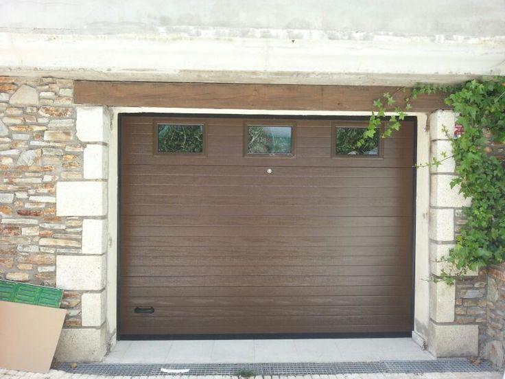 Puerta de garaje seccional panel aislado acanalado ral 8014, ventanas con marco lacado en el mismo tono y motorizada con 2 mandos a distancia. www.puertasmaemar.com