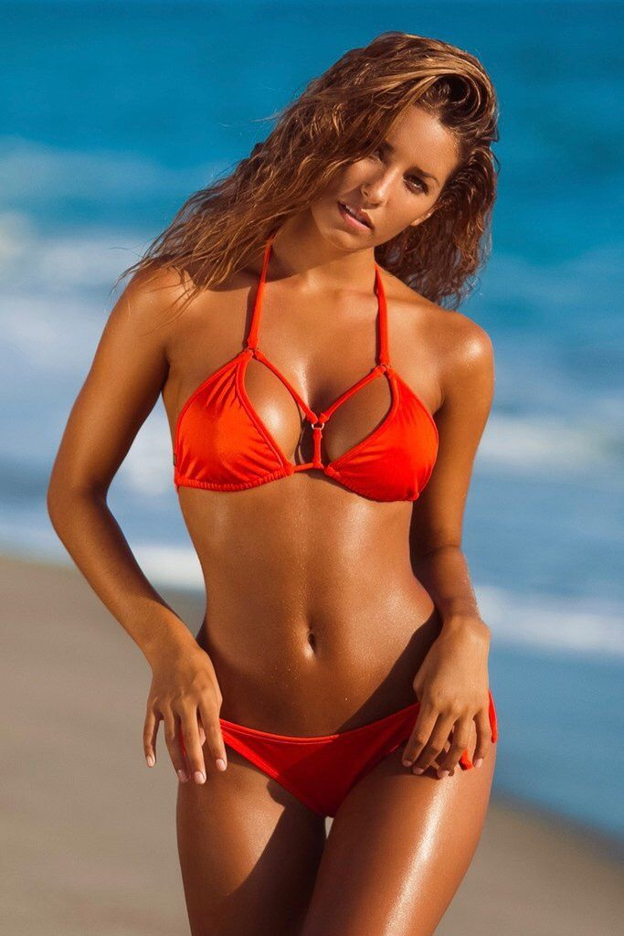 beautiful women in skimpy bikinis