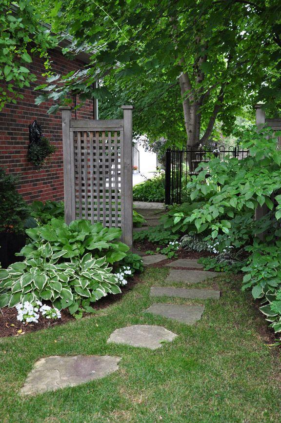 Defining a walkway to your garden,enkelt att göra så här.Bryta upp den långa raksträckan, och använda några trampstenar