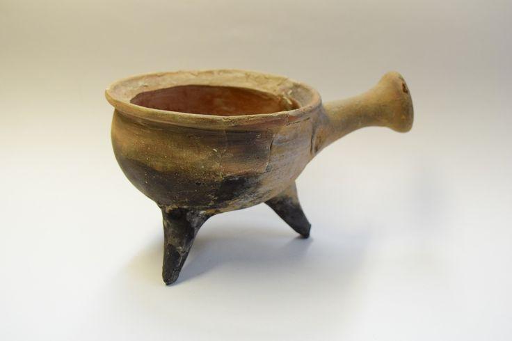 Widoczne na zdjęciu naczynie, to pochodzący z XVI-XVII wieku, tzw. rondelek do gotowania, podgrzewania. Kładziono go bezpośrednio na palenisku, o czym świadczą m.in. widoczne ślady opalenia na nóżkach i spodzie. Z boku znajduje się ceramiczny uchwyt, w który wkładano drewnianą rękojeść. Dzięki niej można było wyjąć naczynie z ognia.