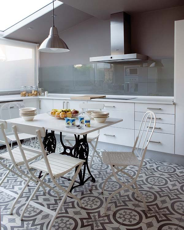 Baldosa Hidráulica, grises con cocina moderna