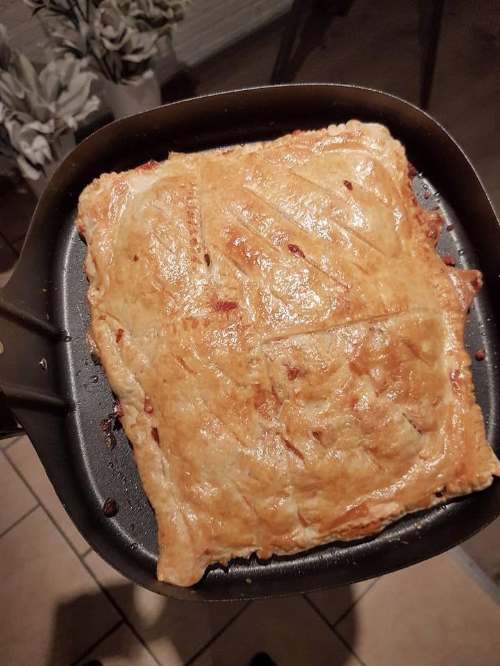 Eline van de Vis heeft een lekkere pastei van bladerdeeg gemaakt gevuld met kipgehakt en Italiaanse groenten.