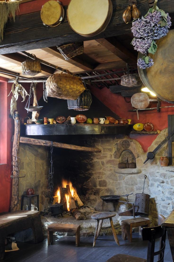 Cocina tradicional asturiana, se puede ver en algún establecimiento hotelero de la Montaña Central de Asturias, España // Traditional Asturian kitchen, it is possible to see it in some hotels of the Central Mountain of Asturias, Spain