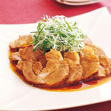焼きつけて煮込むだけ!「やわらか煮豚」のレシピです。プロの料理家・松田美智子さんによる、豚肩ロースかたまり肉、しょうが、長ねぎ、梅干し、小麦粉、長ねぎ、万能ねぎなどを使った、282Kcalの料理レシピです。