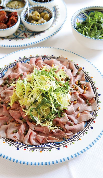 Decoratieve bruidstafel met Italiaanse antipasti. Bereid in de eigen keuken van Mereveld en heerlijk op jullie trouwmenu. #Mereveld Utrecht in TOP 5 populairste trouwlocaties van Nederland!