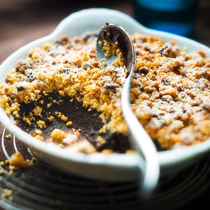 Découvrez la recette Crumble au chocolat sur cuisineactuelle.fr.