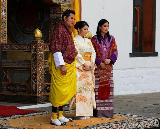 ブータンの首都ティンプーの王宮で(左から)ジグメ・ケサル・ナムゲル・ワンチュク国王、眞子さま、ジェツン・ペマ王妃。ブータン王室公開(2017年6月2日公開)。©AFP=時事