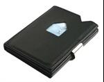 Norsk oppfinnelse som kombinerer kortholder og lommebok. Sedler og kvitteringer passer oppi uten at de brettes og to kort kan enkelt skyves fram uten at man må åpne den
