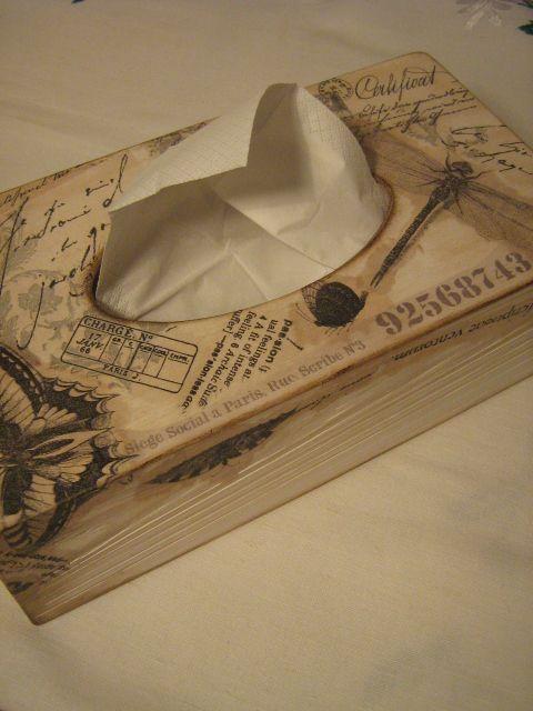 Drewniane pudełko na chusteczki zdobione techniką serwetkową, postarzane.