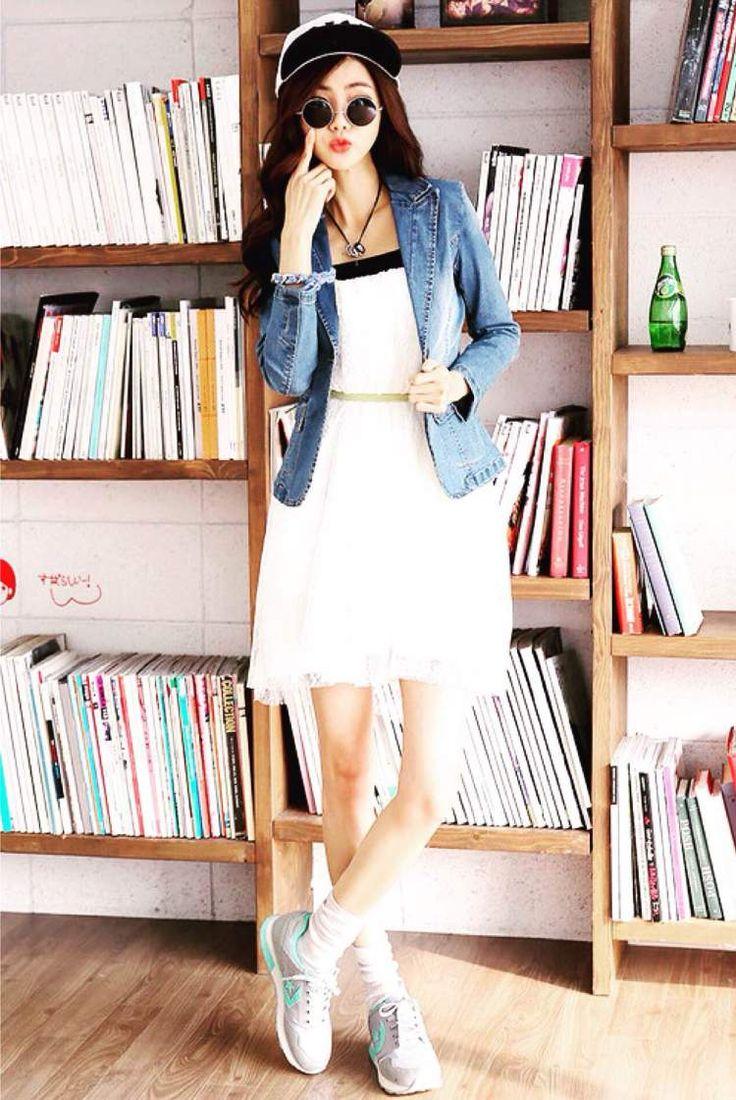 Véritable basique de notre garde robe, la veste en jean est idéale pour apporter une touche trendy à notre look. Ce qui me plaît dans cette tenue c'est son côté à la fois urbain et raffiné. J'aime le fait de mélanger plusieurs styles, de casser les codes.